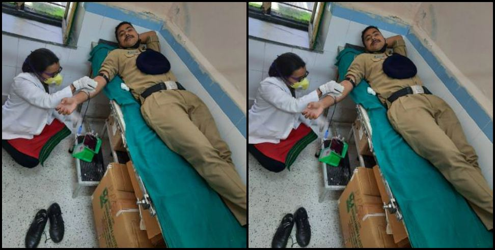 Image: Police constable donated blood in Chamoli
