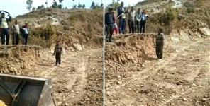 Villagers made road in pauri garhwal