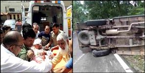 pick up van fallen in road in ramnagar