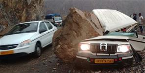 Boulder fell on Max on Srinagar Rishikesh highway